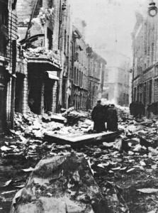 Tallinn bombades häftigt redan i mars 1944.